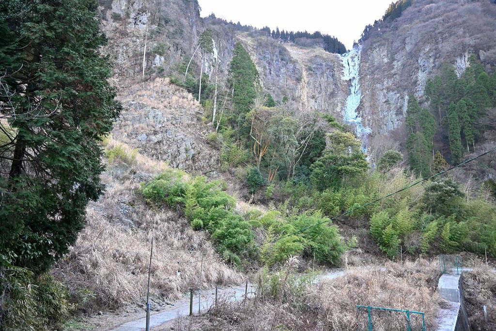 【阿蘇市一の宮町】自然が作り出す氷の芸術!古閑の滝